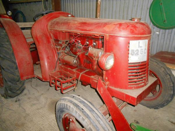 veterantraktor - David Brown - Cropmaster, 1950, 4 cyl. fotogen, 25 hk, orenoverad men startbar. Til...